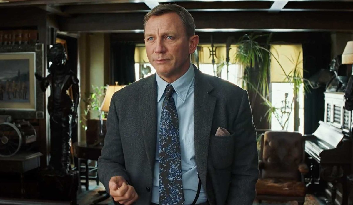 Knives Out Daniel Craig looking confused in the study