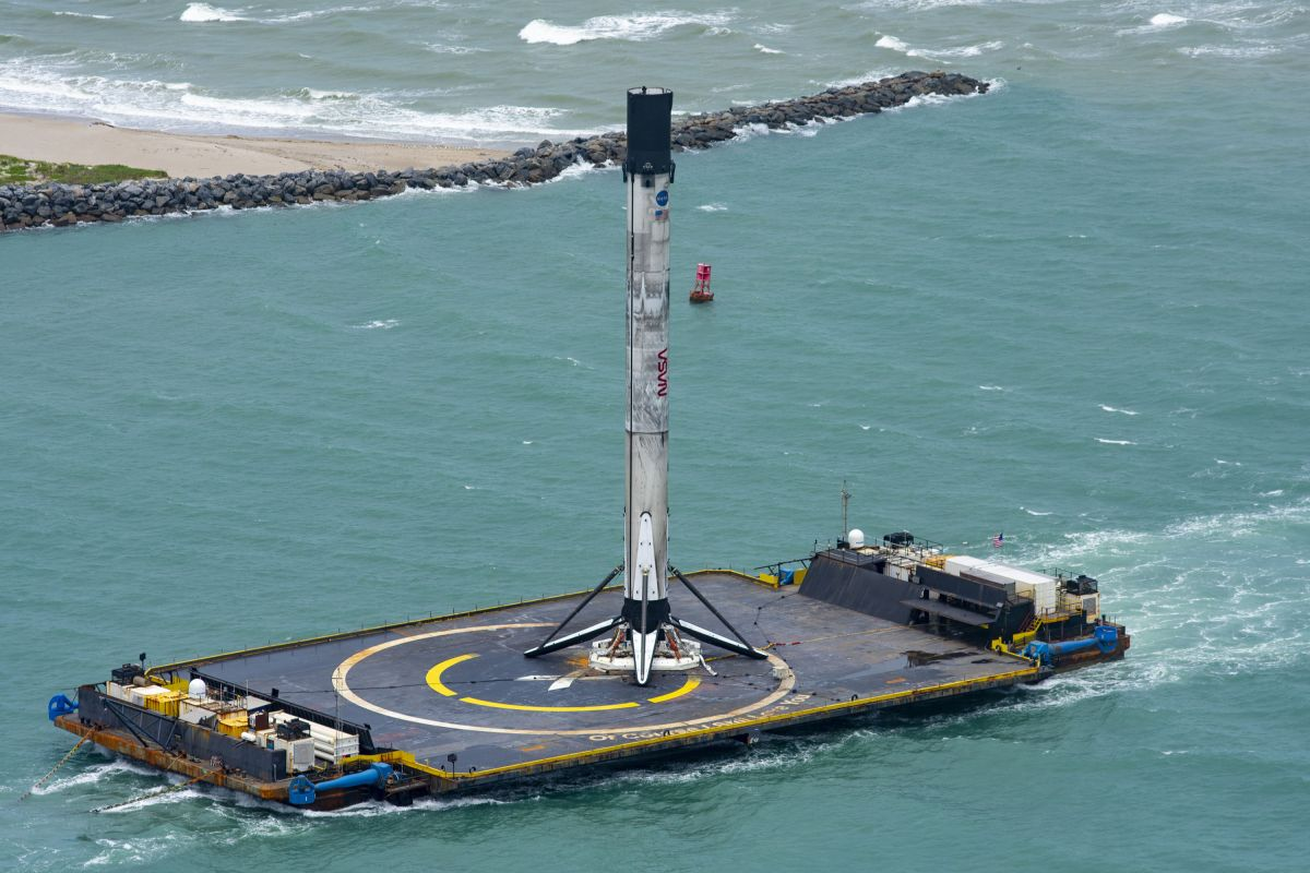 SpaceX rocket returns to shore after historic astronaut launch (photos)