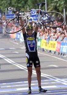 Filippo Simeoni stopped and lifted his bike after winning a Vuelta stage in 2001.