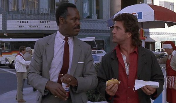 Lethal Weapon Danny Glover Mel Gibson Murtaugh and Riggs enjoy a hot dog