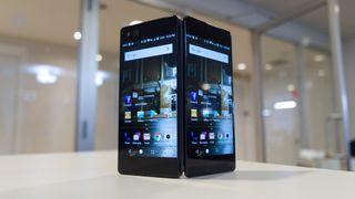 Kuvassa Samsungin Projekti V:n tapaan muotoiltu ZTE Axom M.
