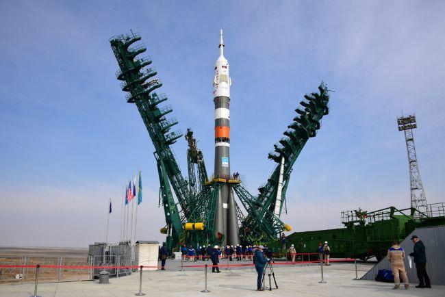 Un cohete ruso Soyuz 2.1a que transportando la nave espacial Soyuz MS-16 se encuentra sobre la plataforma de lanzamiento en el Cosmodromo de Baikonur, Kazajstán, para lanzar tres nuevos miembros de la tripulación a la Estación Espacial Internacional el 9 de Abril del 2020. La NASA paga a Rusia $90 millones por cada asiento de sus astronautas en la Soyuz. (Image: © RSC Energia)