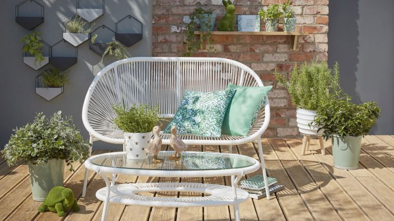 small garden layout ideas: outdoor seating on decking George Home