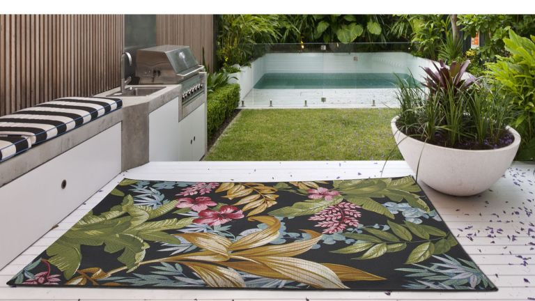 Best outdoor rugs – tropical pattern outdoor rug in modern garden