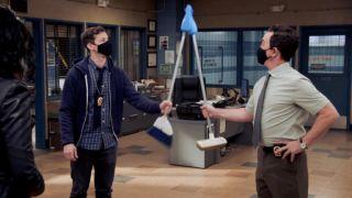 Andy Samberg et Joe Lo Truglio dans Brooklyn Nine-Nine saison 8