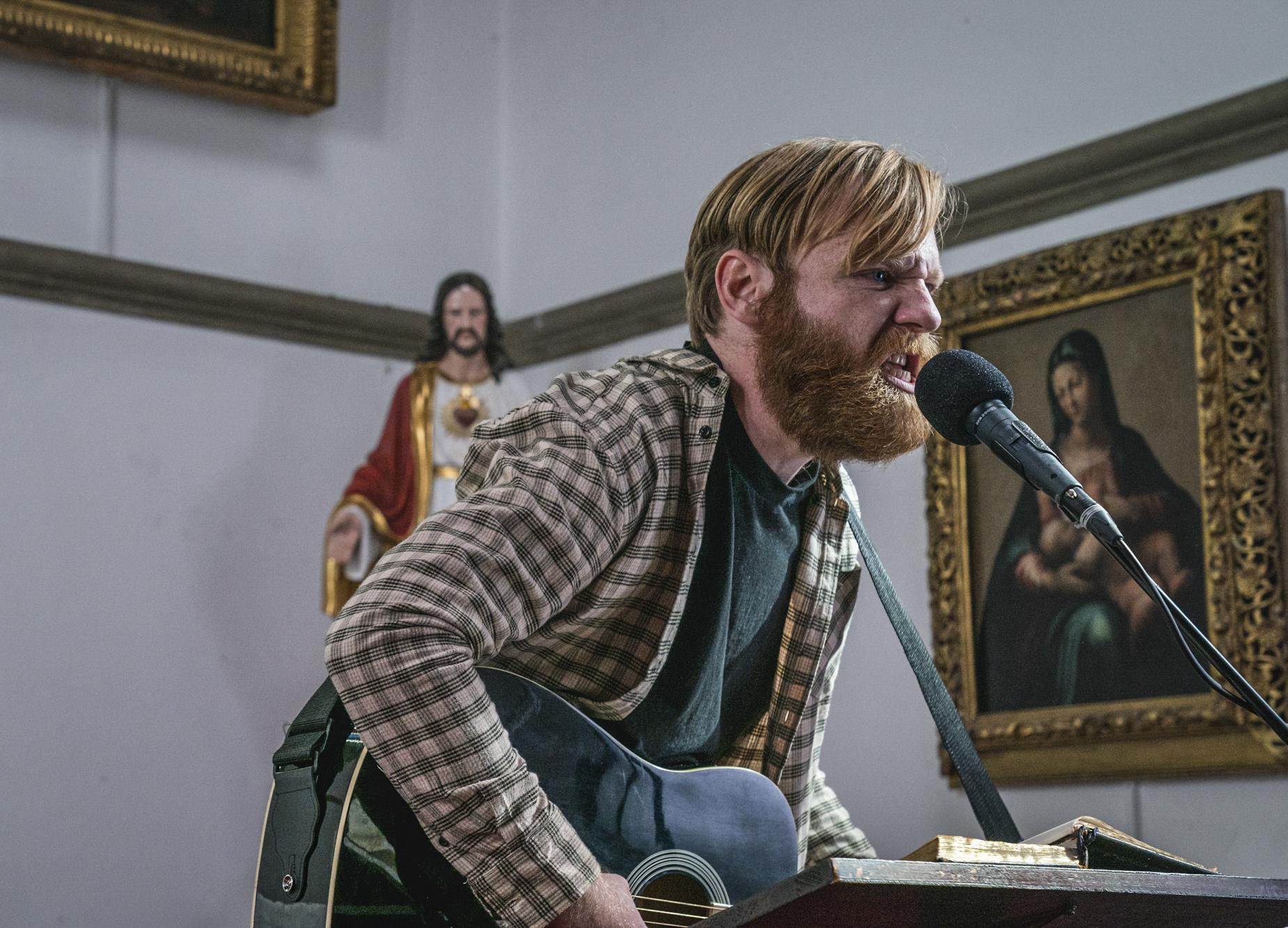 Brian Gleeson dans le rôle de Frank, musicien paresseux, dans Frank of Ireland.