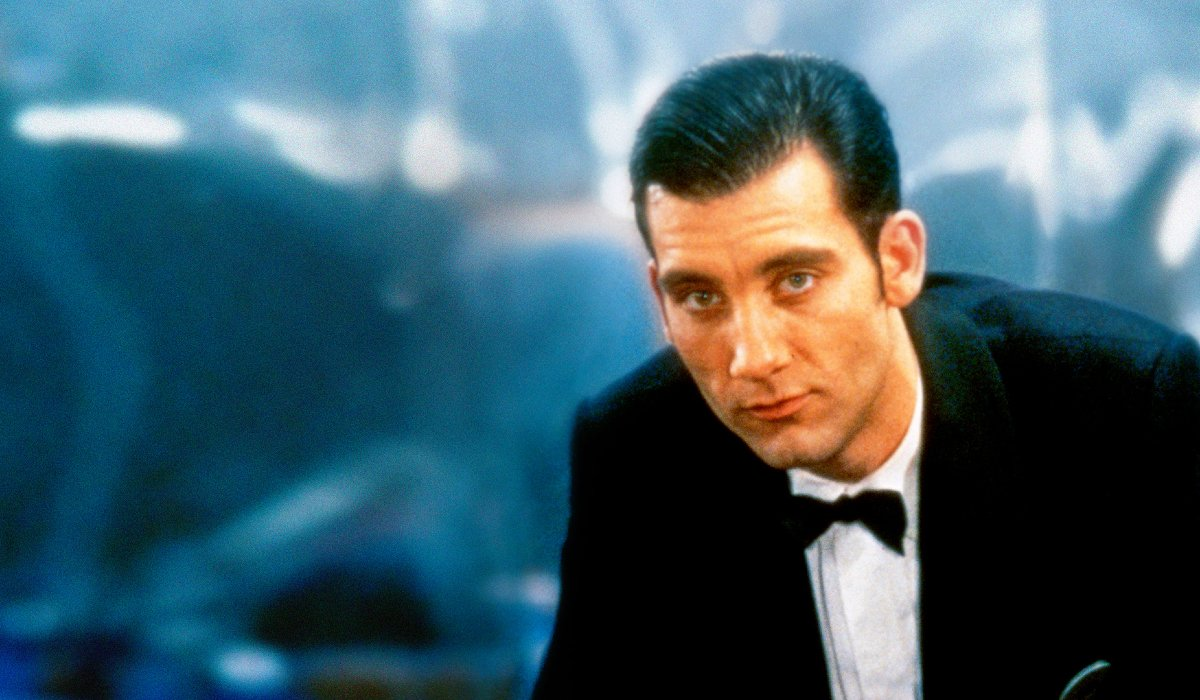 Croupier Clive Owen leaning in a tuxedo