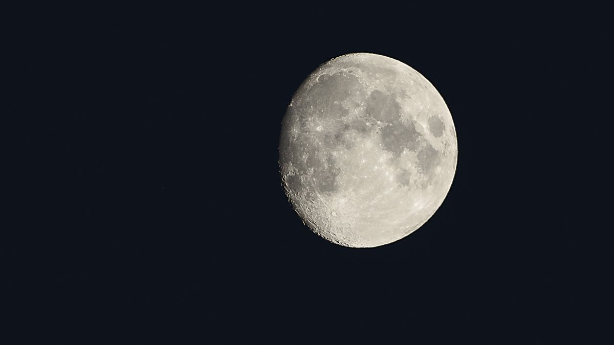 How to photograph the moon: an easy way to shoot moon pictures full of detail