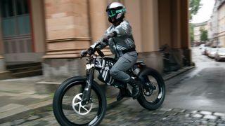 男子骑电动自行车穿越城市