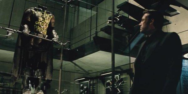 Recensione di Suicide Squad-Bruce Wayne contempla la tuta del defunto Robin ucciso da Joker e Harley