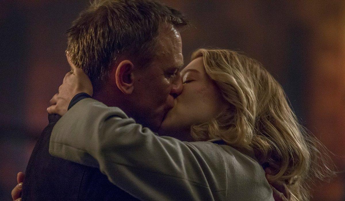 Spectre Bond and Madeleine kissing