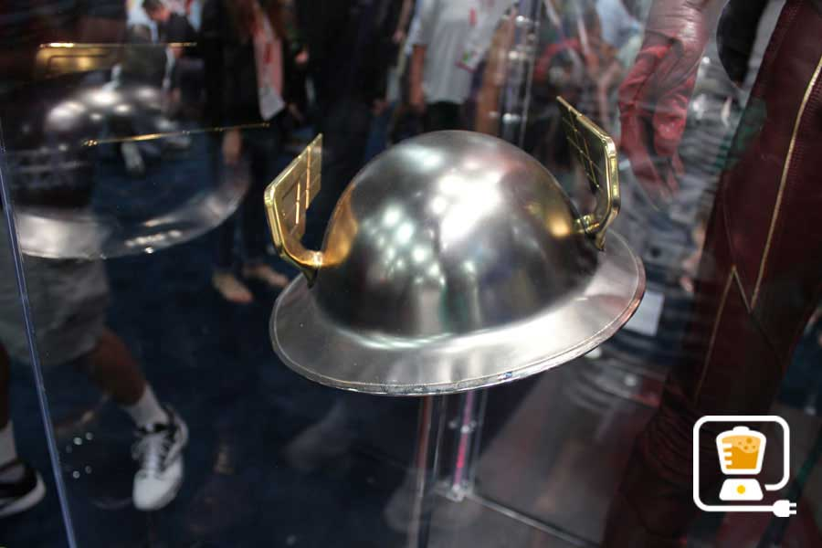 See Flash And Arrow's Amazing Costumes And Gadgets On Display At Comic-Con #32896