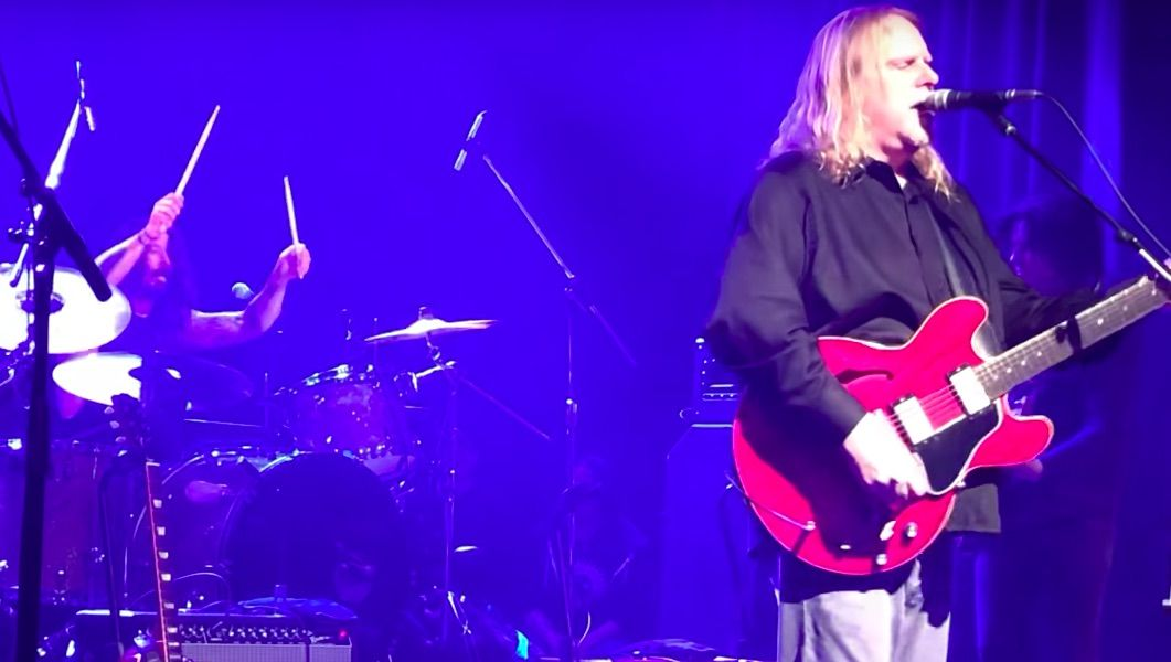 """Watch Dave Grohl and Warren Haynes Play Nirvana's """"All Apologies"""""""
