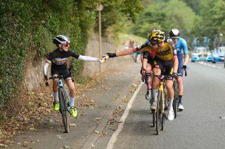 The moment Pascal Eenkhoorn passed a bidon to Xander Graham