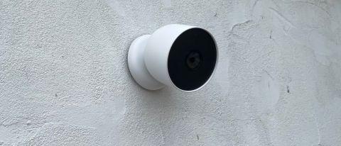 Google Nest Cam (akku) asennettuna ulkoseinään