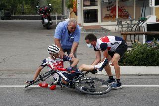 Pieter Weening crashed after taking a bidon