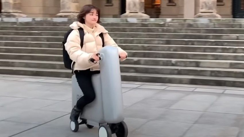 This squishy electric scooter inflates in seconds and fits in a regular backpack