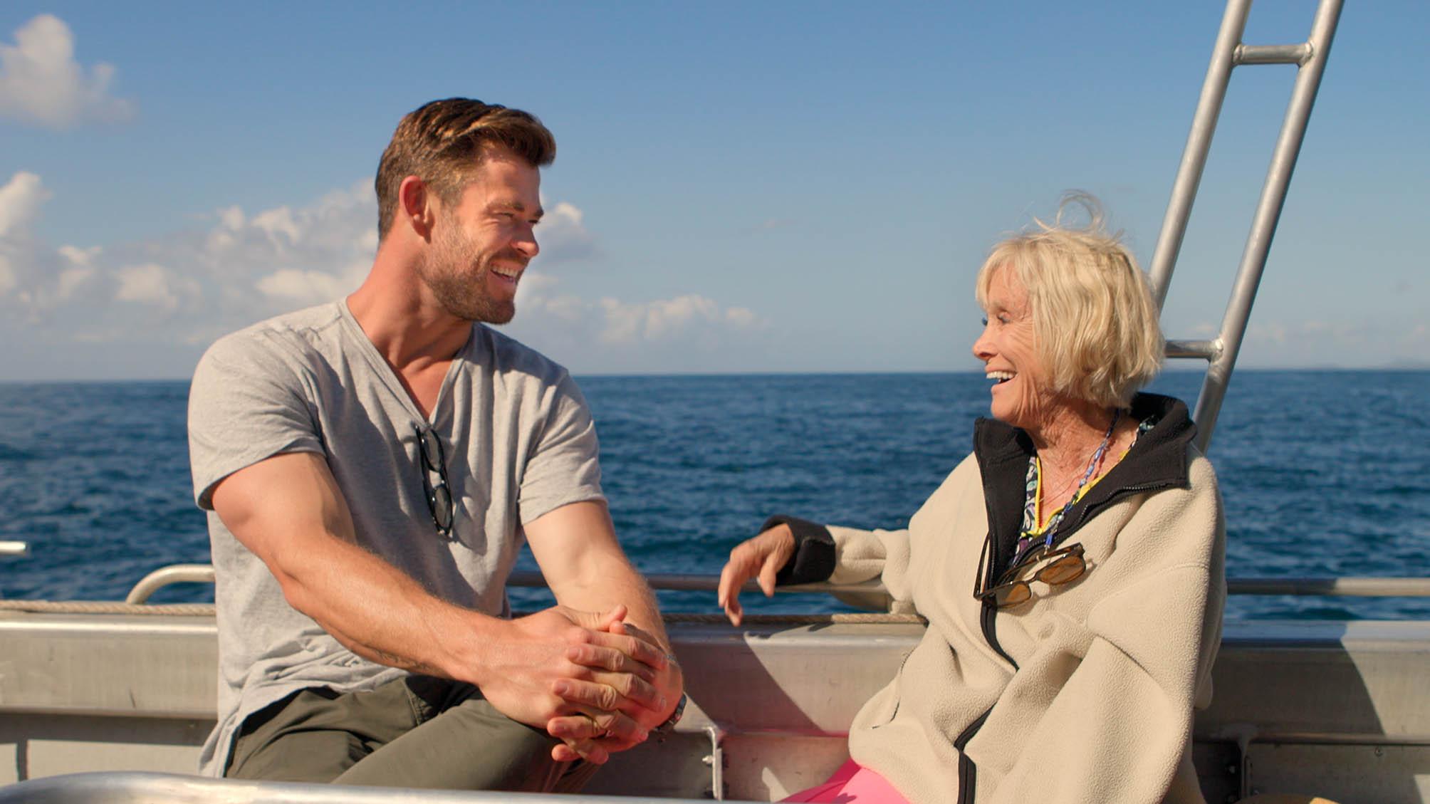 Chris Hemsworth aprende sobre la conservación de tiburones de Valerie Taylor.