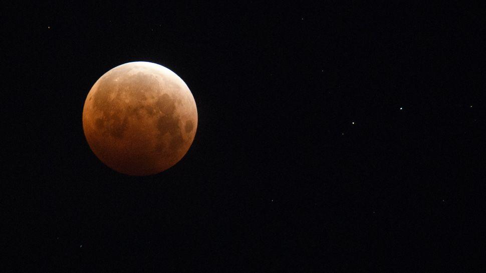 Spectacular Super Flower Blood Moon of 2021 thrills stargazers around the world