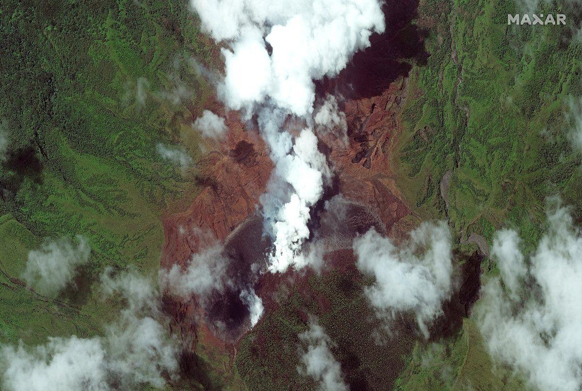 St. Vincent's La Soufrière volcano eruption spotted from space (photos)