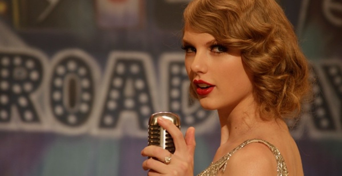 Taylor Swift singing in microphone in Mean music video