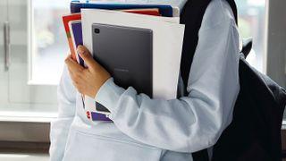 En person som håller en Samsung Galaxy Tab A7 Lite