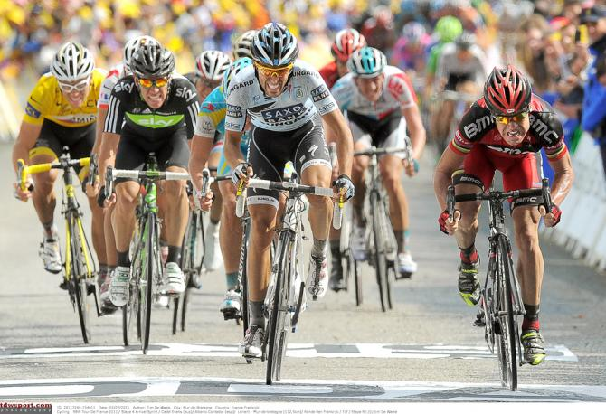 Cadel Evans nips Alberto Contador for the win on Mur de Bretagne in 2011