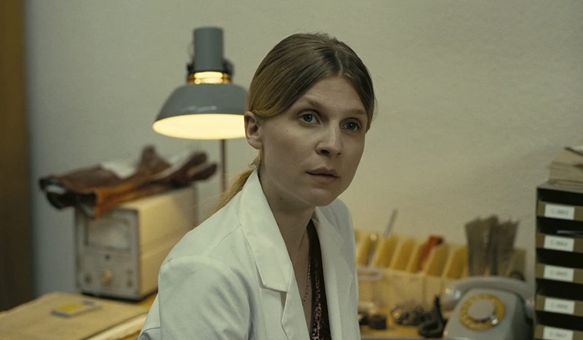 Tenet Clémence Poésy sitting in a lab