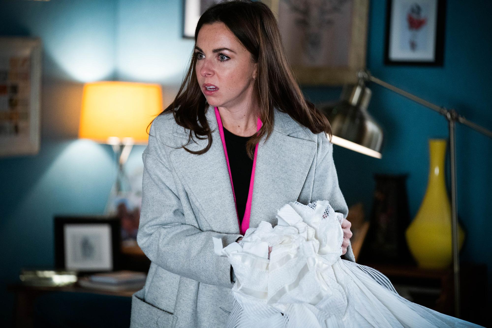 Ruby encuentra el vestido de novia de su madre cortado en EastEnders