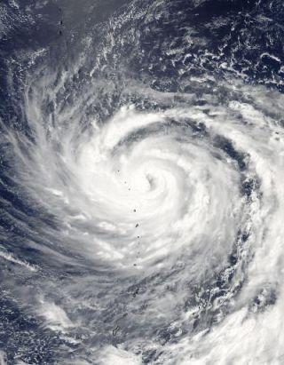 ma-on-typhoon-110715-02