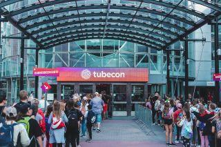 Tubecon-kävijät jonottavat sisäänpääsyä Tubeconiin.