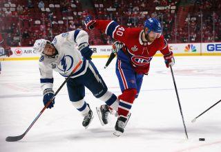Joel Armia #40 i Montreal Canadiens och Tyler Johnson #9 iTampa Bay från den fjärde matchen av finalen i Stanley Cup 2021
