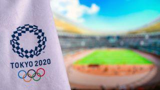 Olympische Spiele Tokio 2020 Logo mit Leichtathletik Stadion im Hintergrund