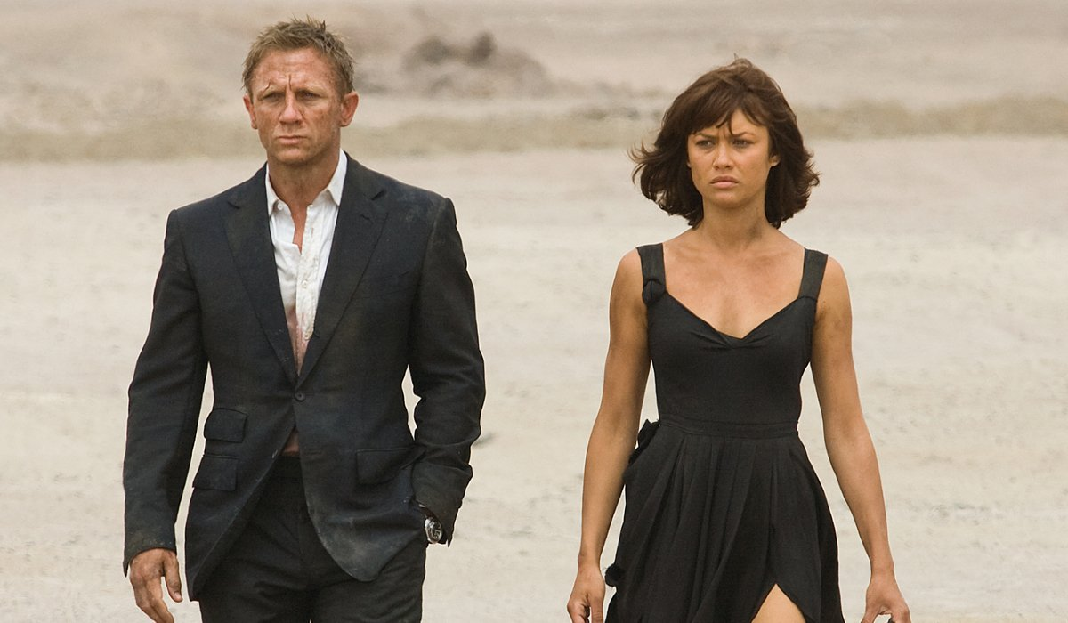 Quantum of Solace Bond and Camille walking through the desert