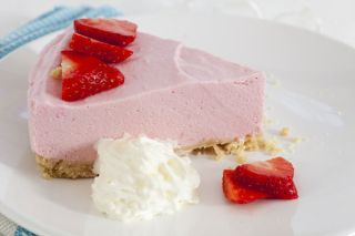 Plate color affects taste. A study shows that this strawberry mousse will taste better thanks to the white plate beneath it.