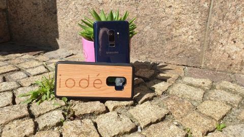 Ein Galaxy S9 mit iode Hülle vor einem Blumentopf