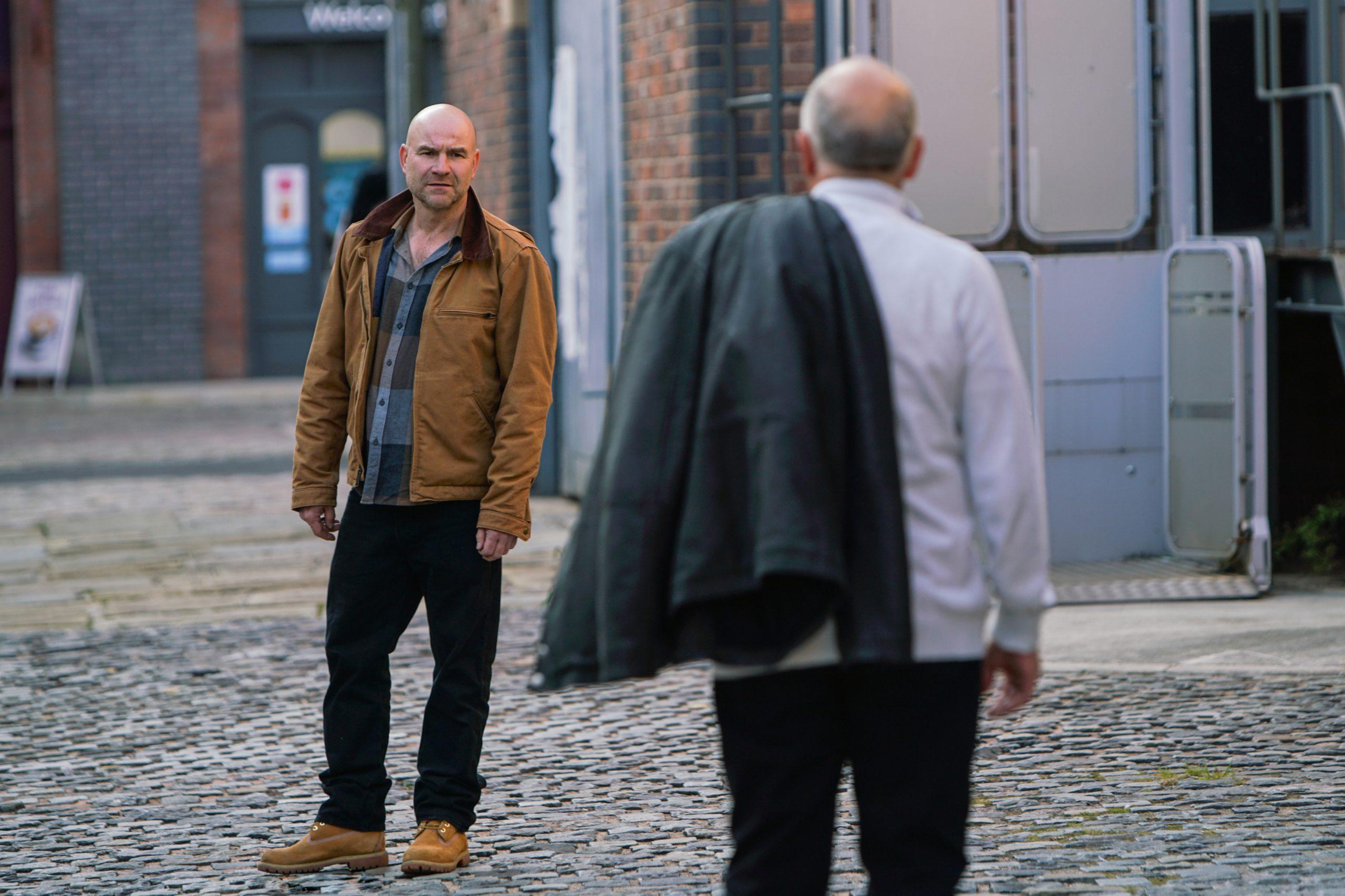 Tim se vuelve contra su padre en la calle