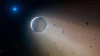 Une planète rocheuse lentement décomposée par une naine blanche