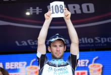Stage 6 winner Mark Cavendish (Omega Pharma-QuickStep) pays tribute to Wouter Weylandt, who died during the Giro exactly two years ago