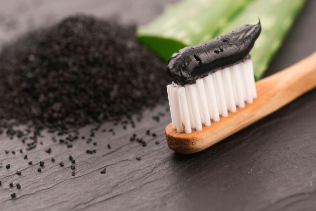 Creme dental a carvão realmente pode branquear os dentes?