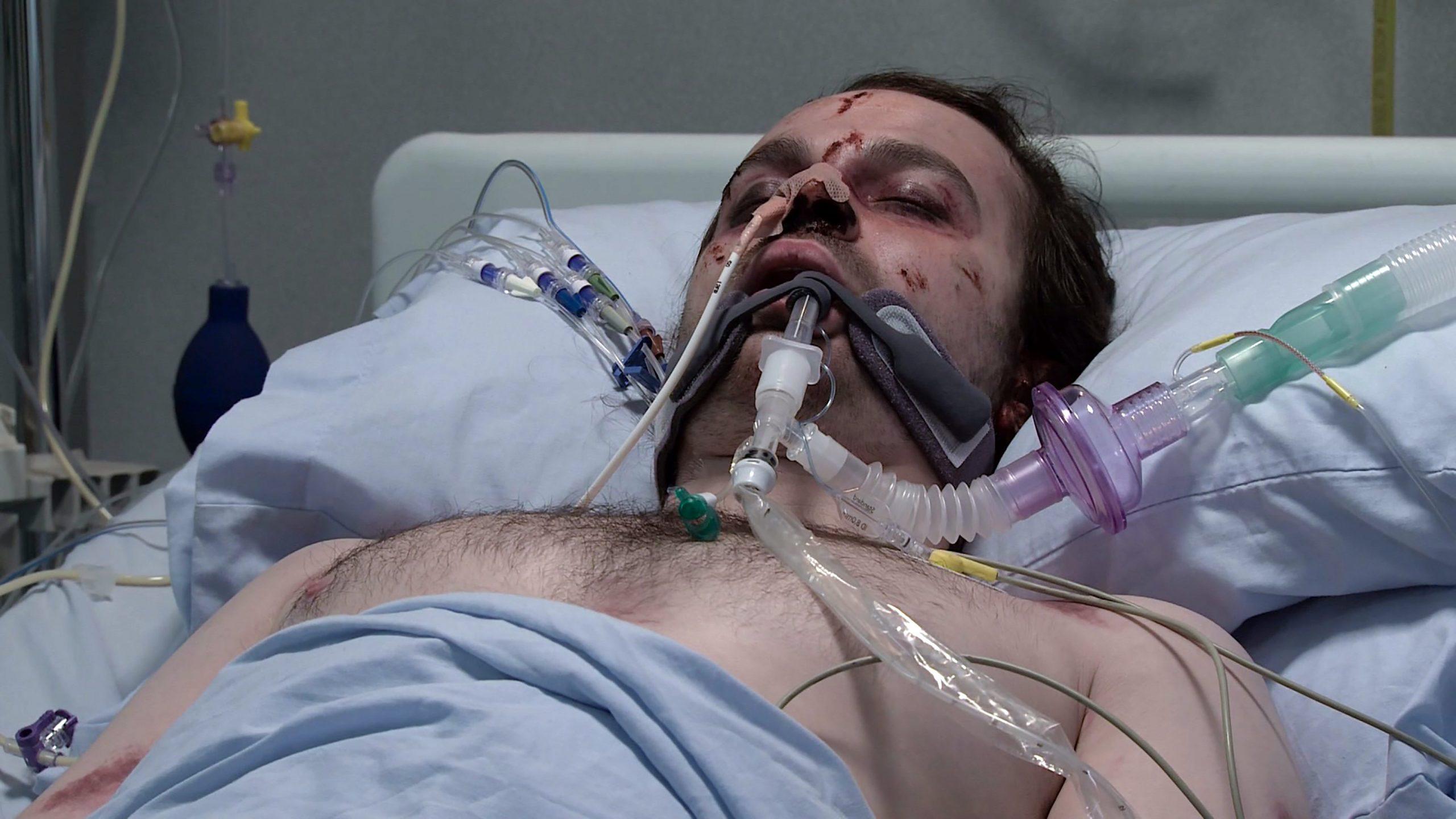 Seb es golpeado y herido en Coronation Street del hospital