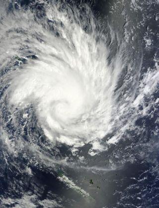 cyclone-yasi-110131-02