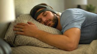 Sleeping man with wedding ring wearing Philips SmartSleep headband