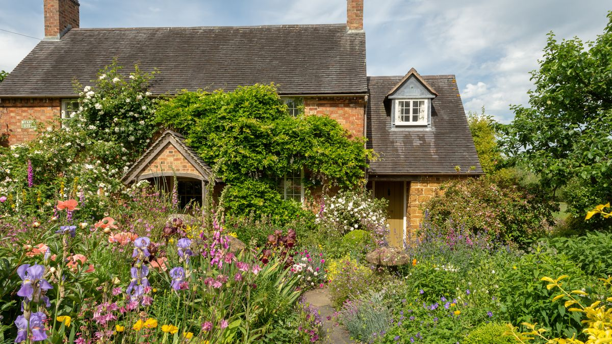 7 ways this gorgeous cottage garden was created on a shoestring