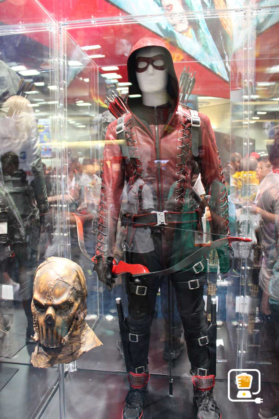 See Flash And Arrow's Amazing Costumes And Gadgets On Display At Comic-Con #32888