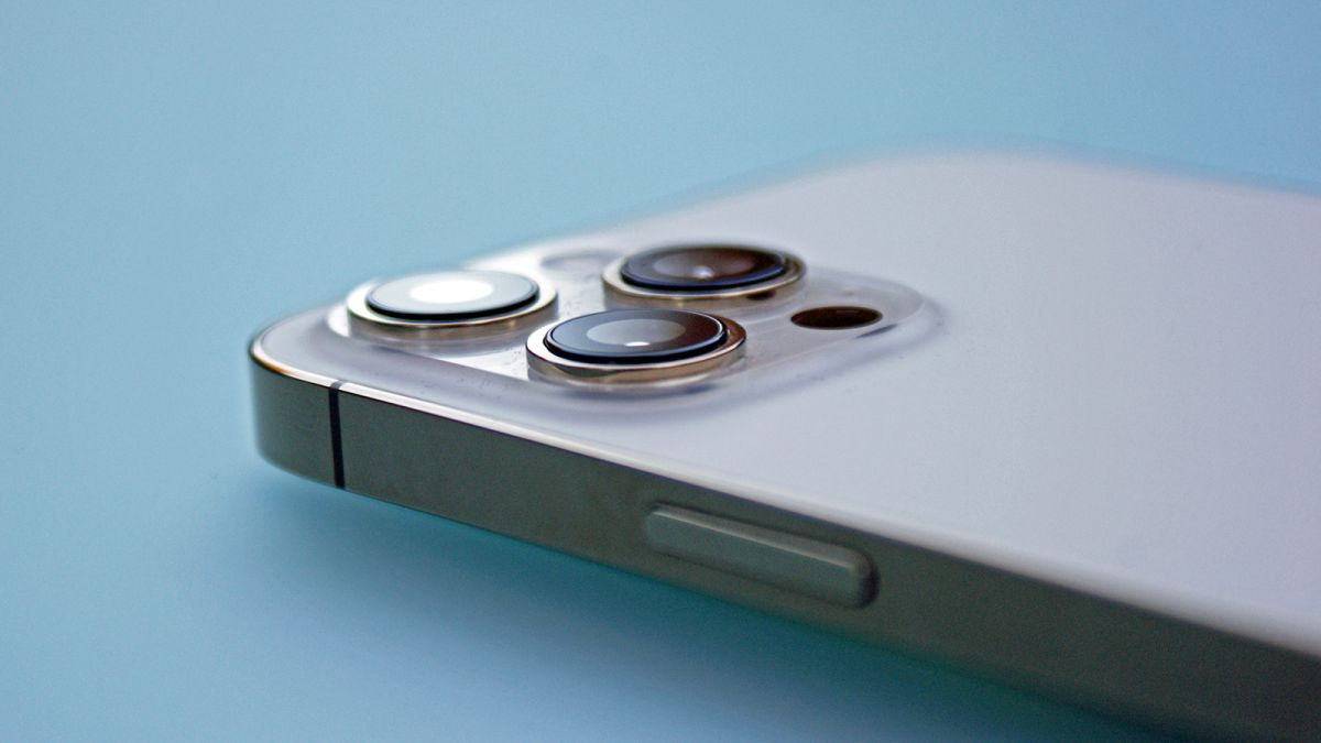 iPhone 13 dummy unit shows off smaller notch, larger cameras