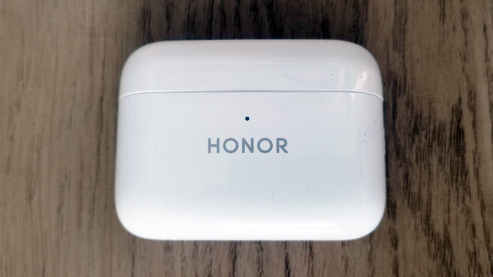 The charging case of the Honor Earbuds 2 Lite closed