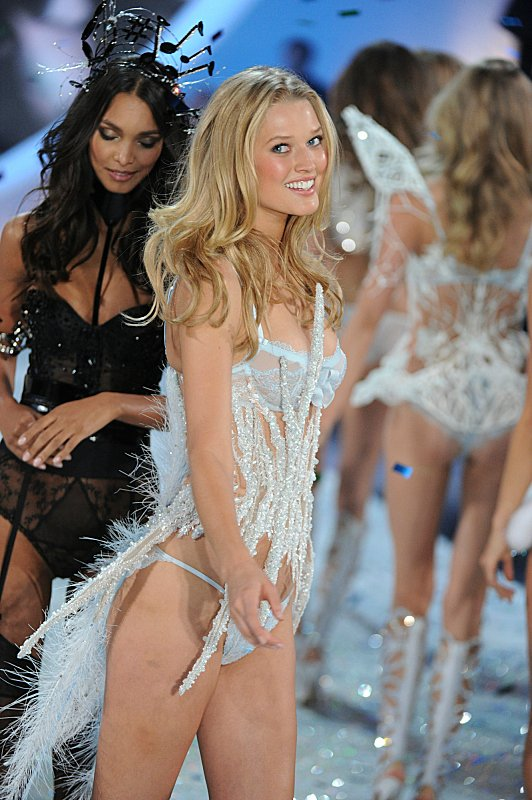 Watch Victoria's Secret Angels Lip Sync To Taylor Swift's 'I Knew You Were Trouble' #29899