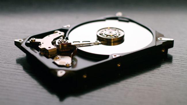 Hard drive di atas meja