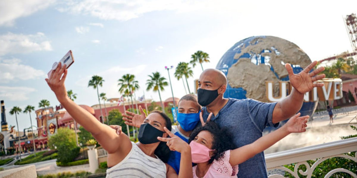 Family photos while wearing a mask at Universal Studios Citywalk